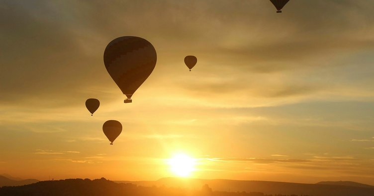 Kapadokya'da balonlar güneşin doğuşu için havalandı