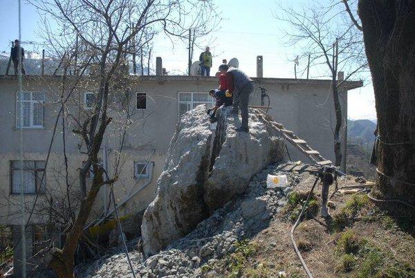 400 tonluk kayayı böyle parçaladılar