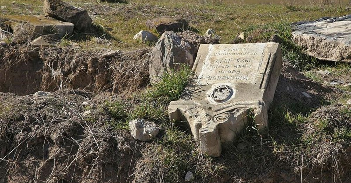 Karabağ'da vahşetin tanığı mezarlıklar