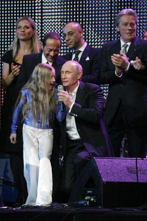 Putin piyano çaldı