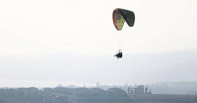 Seyhan baraj gölü üzerinde yamaç paraşütü keyfi yaşanıyor