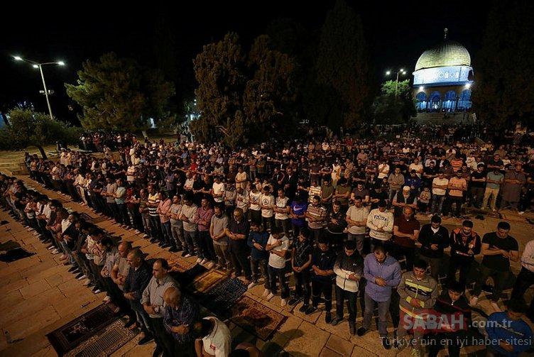 İsrail'in katliamından sonra Mescid-i Aksa'da buruk teravih