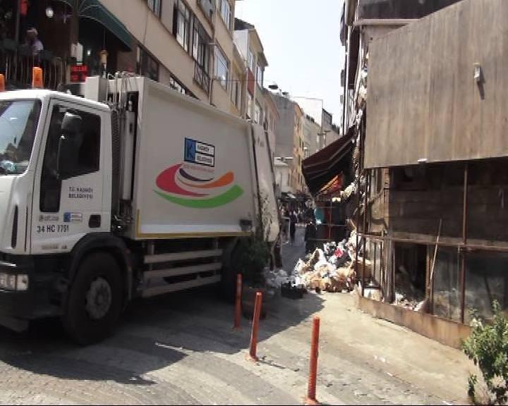 Kadıköy'de bir binadan 10 kamyon dolusu çöp çıktı