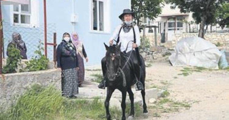 Kadın muhtar at sırtında hizmet veriyor