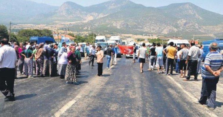 Yaşlı kadın kazada öldü mahalleli yolu kapattı
