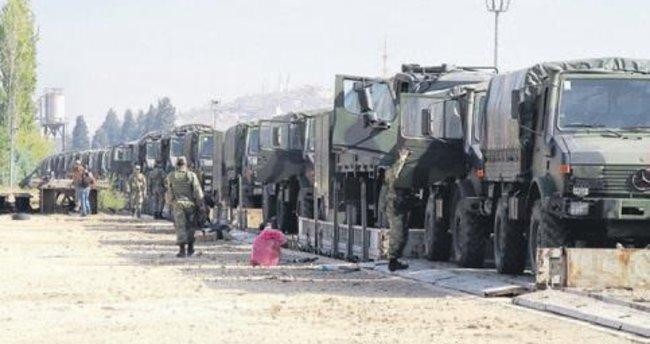 Sınıra askeri araç ve personel sevkıyatı