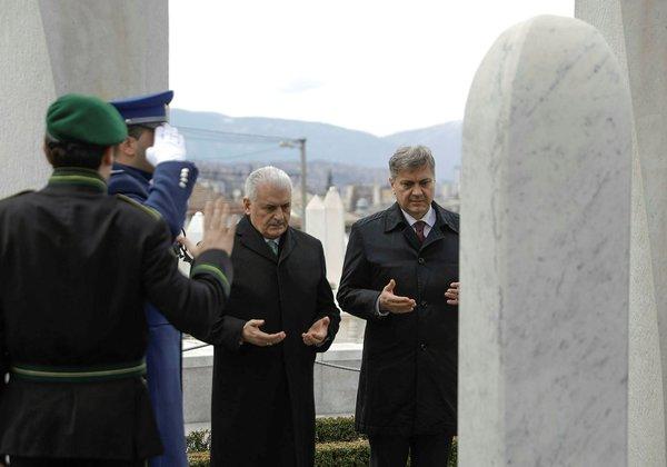 Başbakan Binali Yıldırım Bosna Hersek'in ilk Cumhurbaşkanı İzzetbegoviç'in kabrini ziyaret etti