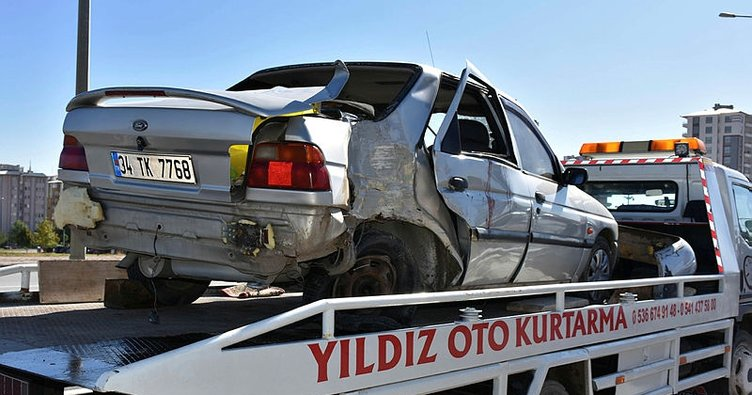 Otomobil refüje çarptı: 4 yaralı