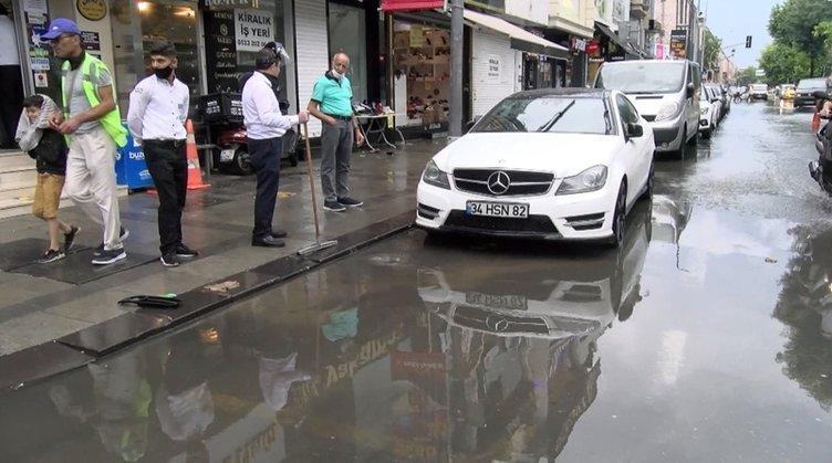 Sağanak yağış İstanbul'da caddeleri göle çevirdi