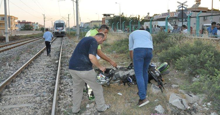 Yolcu treni motosiklete çarptı