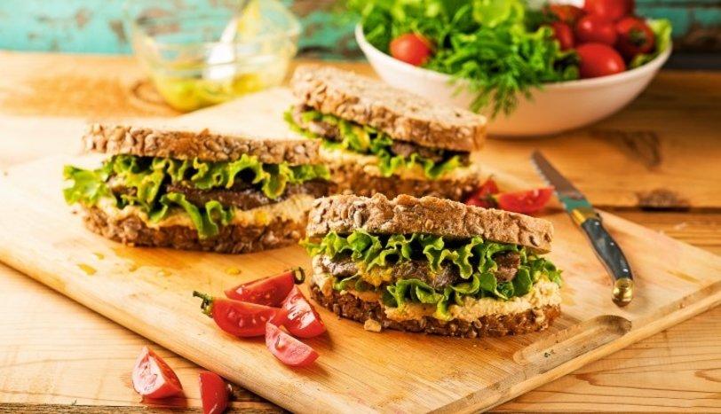 Humuslu, marullu ve biftekli sandviç