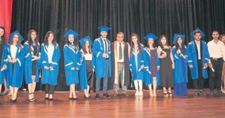 Üniversitelilerin mezuniyet sevinci