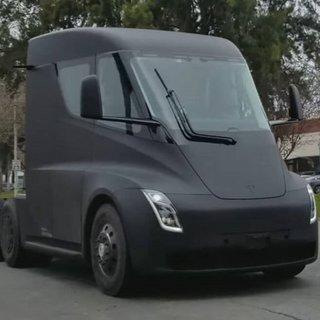 Tesla'nın elektrikli tırı 'Semi' yolda görüntülendi
