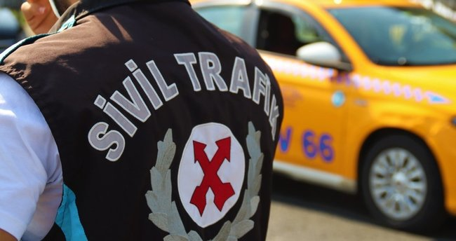 """Taksi şoförü polise küstü, aracından inmedi! """"Ben yolcu seçmedim polis yanlış gördü"""""""