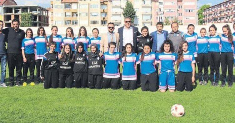 Burdurspor kadınlar futboluna da el attı
