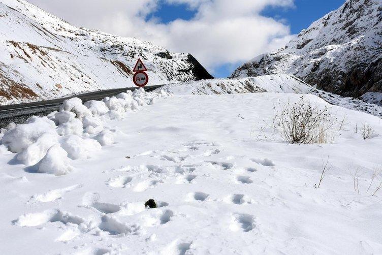 Van'da kar yağışı sonucu karayolu ulaşıma yapandı