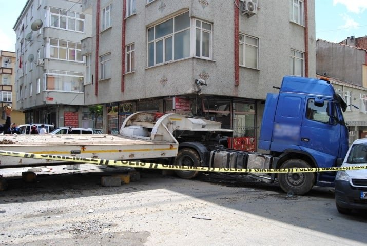 İstanbul'da freni boşalan TIR binaya girdi
