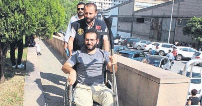 FETÖ'cü savcı tekerlekli sandalye ile adliyede