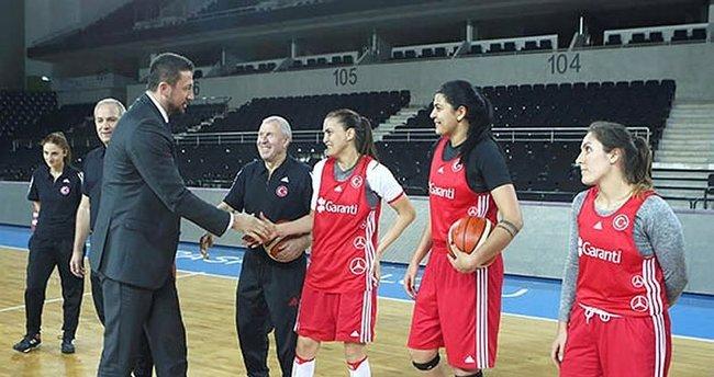 TBF Başkanı Türkoğlu, milli takımla buluştu