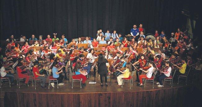 İki elin sesi var çocuk sen foni orkestrası Unicef için çaldı