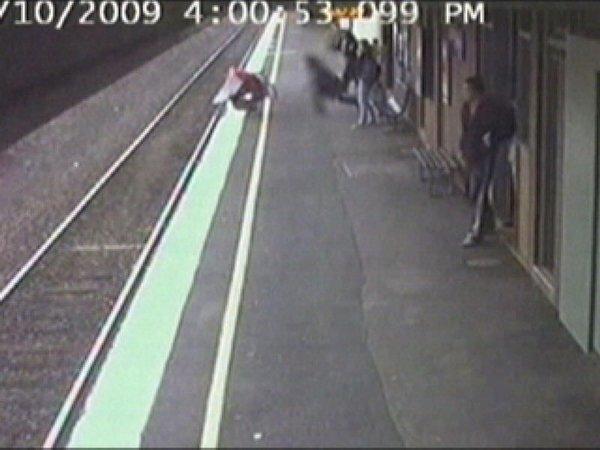 Trenin altında sürüklenen bebek kurtuldu