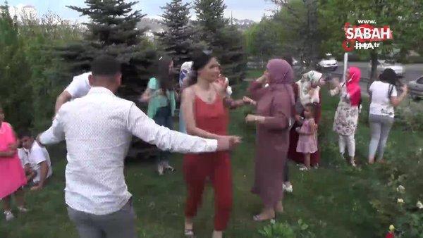 Otoban kenarında görenleri şaşırtan düğün eğlencesi kamerada | Video