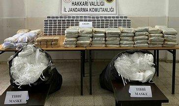 Hakkari'de 177 kilogram eroin ve 10 bin tıbbi maske ele geçirildi