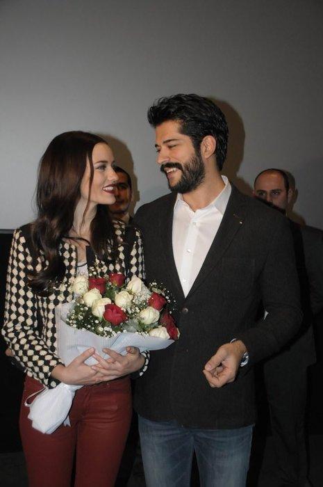 Burak Özçivit'ten 'gizlice evlendiler' iddialarını alevlendiren hareket
