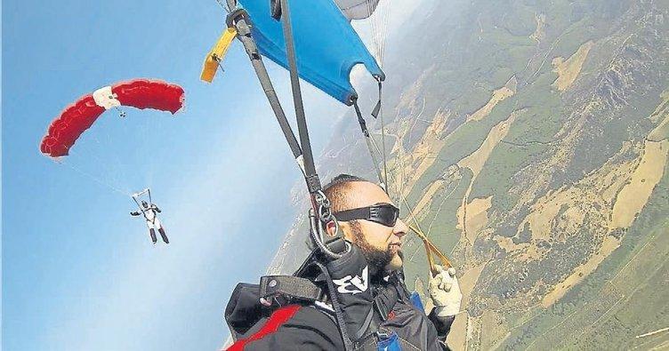 Sahneye uçaktan paraşütle inecek