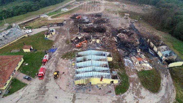 Son dakika: Sakarya Hendek'te hava fişek fabrikasındaki patlamanın ortaya çıkardığı yıkım görüntülendi! Patlamada kaybolanları arama çalışmaları sürüyor