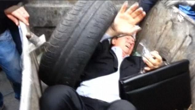 Ukrayna'da milletvekilini çöpe attılar