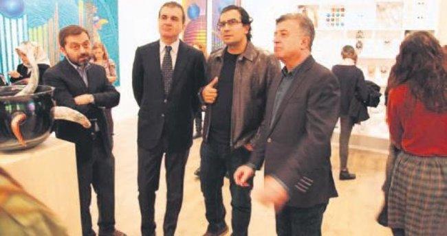 AB Bakanı sanat fuarını gezdi