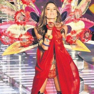 Alessandra son kez kanatlarını taktı