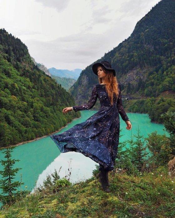 Gezdiği yerlerle kadınların elbiselerini bütünleştiriyor