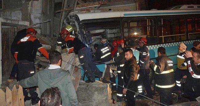 Halk otobüsü eve girdi: 6 yaralı