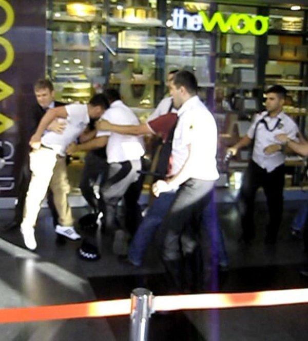 Alışveriş merkezinde tekme tokat kavga
