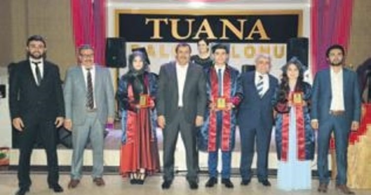 İlk mezunlar için coşkulu kep töreni