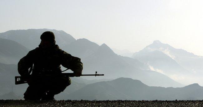 Teröristler uzun namlulu silahlarla saldırdı: 1 şehit