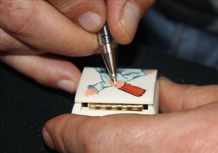 Deve kemiğine minyatür çiziyor