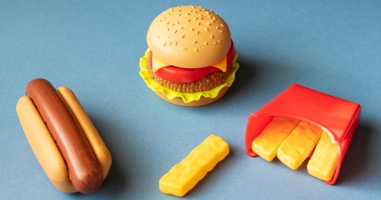 Çocuklar fast foodun oyuncağından da uzak tutulmalı
