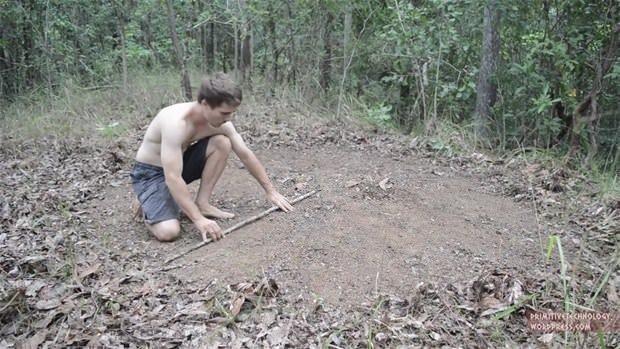 Çimleri kullanarak kulübe yaptı!