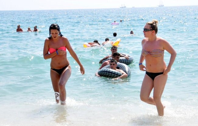 Antalya'da sahiller tıklım tıklım doldu