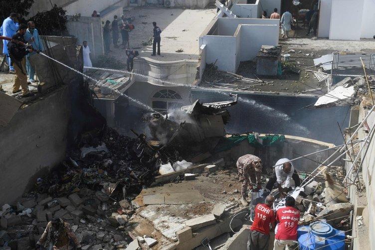 Son dakika haberi   Pakistan'da yolcu uçağı yerleşim yerine düştü! Pakistan'daki uçak kazasından ilk görüntüler!
