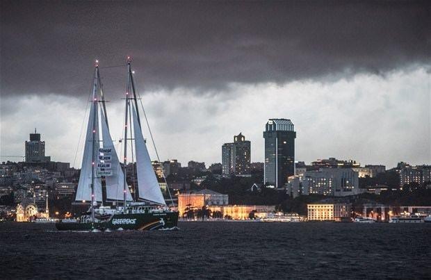 Greenpeace Gemisi İstanbul Boğazı'nda