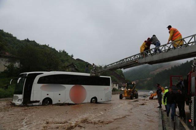 Yolcu otobüsü sele kapıldı