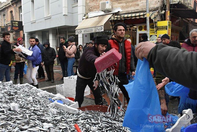 Edirne'de kilogramı 5 liradan hamsi alabilmek için saatlerce beklediler