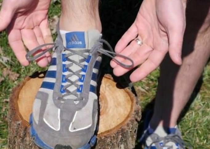 Spor ayakkabılardaki en üst deliğin görevi