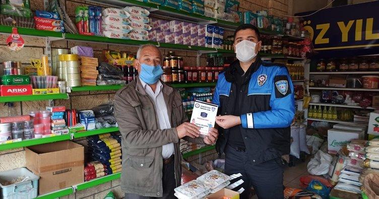 Polis Kovid-19 tedbirlerinin yer aldığı broşür dağıttı