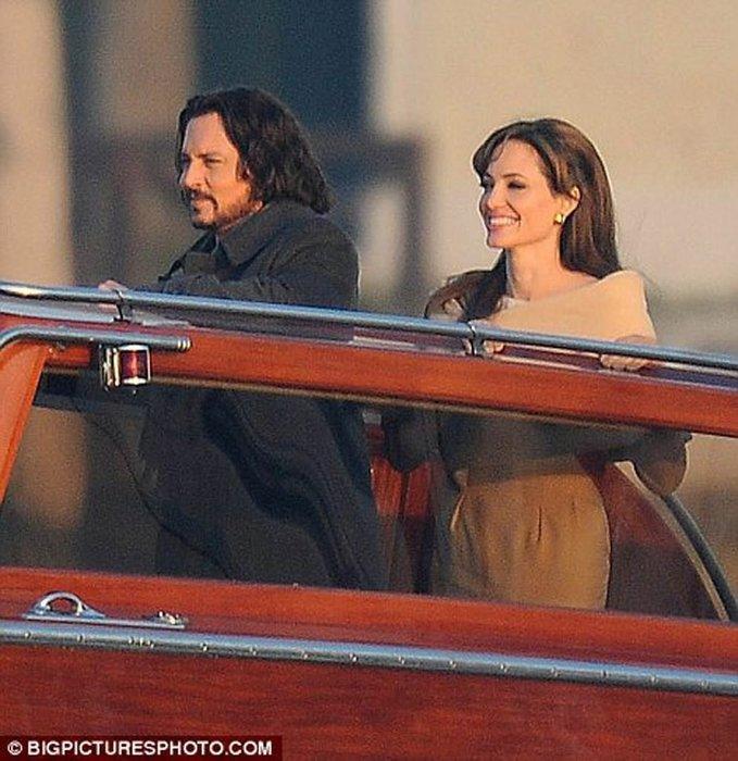 Angelina Jolie, Johnny Deep ile aşk mı yaşıyor?