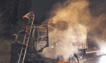 Domates yüklü kamyon yandı